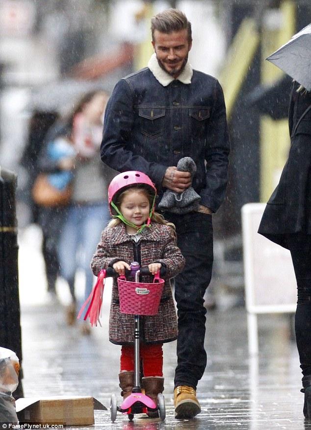 Cô bé Harper tung tăng dạo phố cùng bố trên chiếc xe màu hồng đáng yêu
