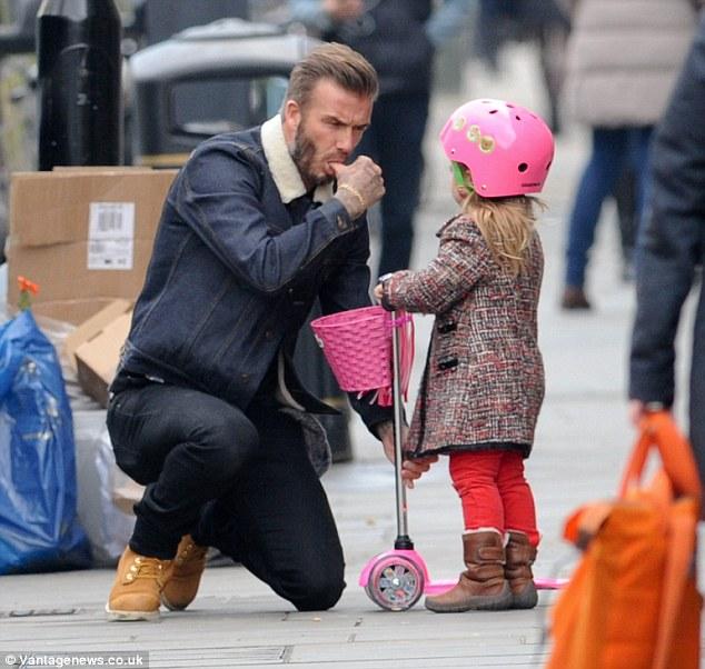 Người đàn ông hấp dẫn nhất hành tinh không ngại làm những việc mà các ông bố khác vẫn làm - chùi mũi cho con