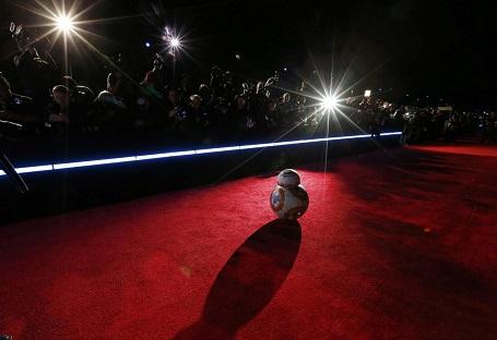 Nhân vật robot BB-8 xuất hiện tại lễ công chiếu phim ở Hollywood, bang California, Mỹ.
