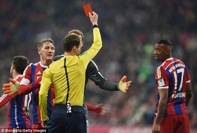 Jerome Boateng bị truất quyền thi đấu ở ngay phút 19