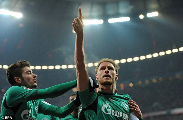 Trung vệ Benedikt Hoewedes mang về một trận hòa quý giá cho Schalke 04