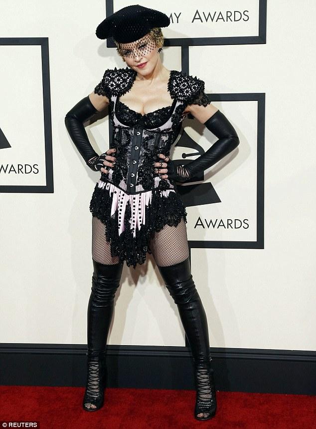 Nữ hoàng nhạc Pop Madonna cưa sừng làm nghé trong bộ trang phục ngắn cũn cỡn.