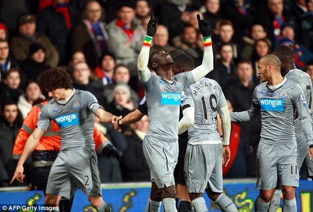 Đội trưởng của Newcastle đang chỉ cho trọng tài thấy hung khí gây án.