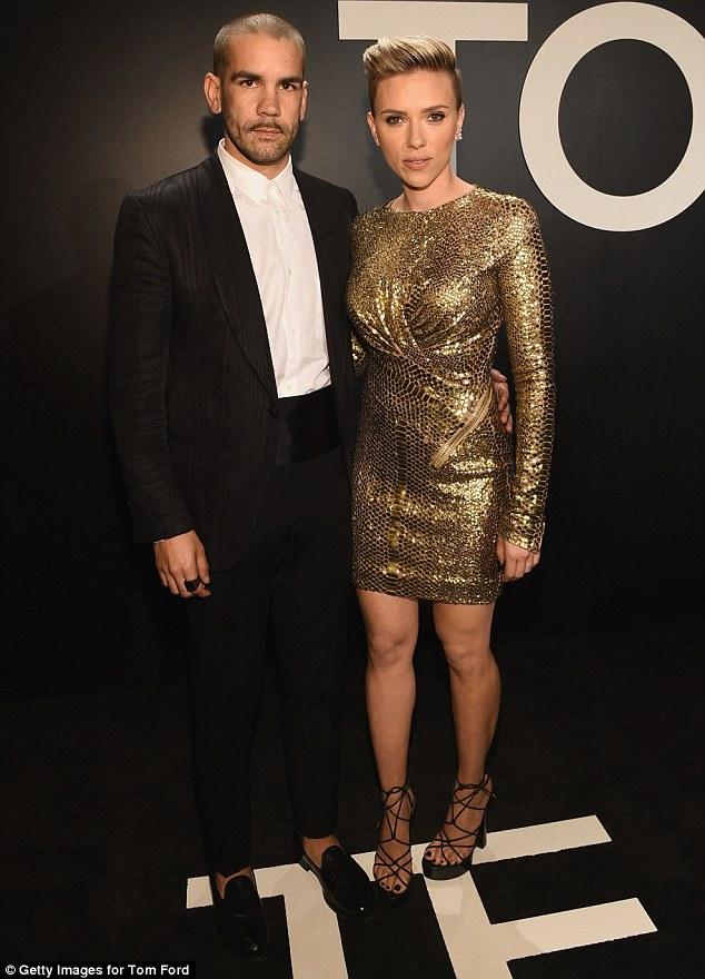 Bà mẹ mới sinh Scarlett Johanson nhanh chóng lấy lại vóc dáng và xuất hiện tại show diễn của Tom Ford cùng chồng Romain Dauriac