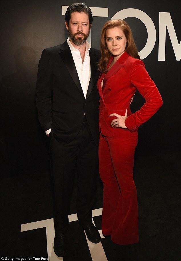 Amy Adams thử nghiệm phong cách menswear mạnh mẽ với sắc đỏ còn chồng cô thanh lịch và giản dị trong bộ suit truyền thống