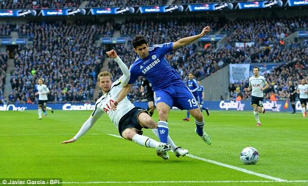 Trong khi đó, ở chiều ngược lại, ngòi nổ chính bên phía Chelsea - Diego Costa, bị các cầu thủ Tottenham chăm sóc rất kỹ lưỡng.