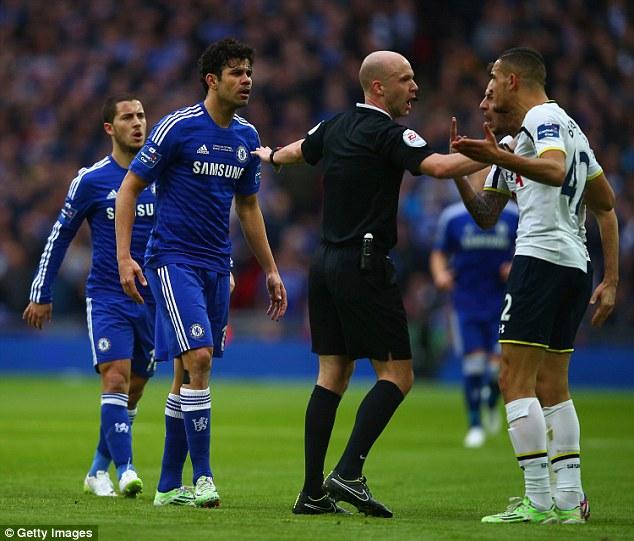 Phút 29, tiền đạo gốc Brazil lại quay sang gây sự với Bentaleb bằng hành vi tát vào mặt cầu thủ của Tottenham. Rất may cho Diego Costa, hành vi của anh chỉ bị trọng tài chính Taylor khiển trách. Vẻ nóng giận của Costa phần nào thể hiện sự bất lực trong các phương án tấn công của Chelsea.