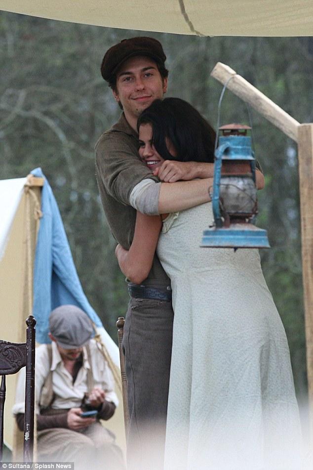 Hai người thoải mái ôm nhau trên phim trường Dubious Battle tại Georgia, Mỹ