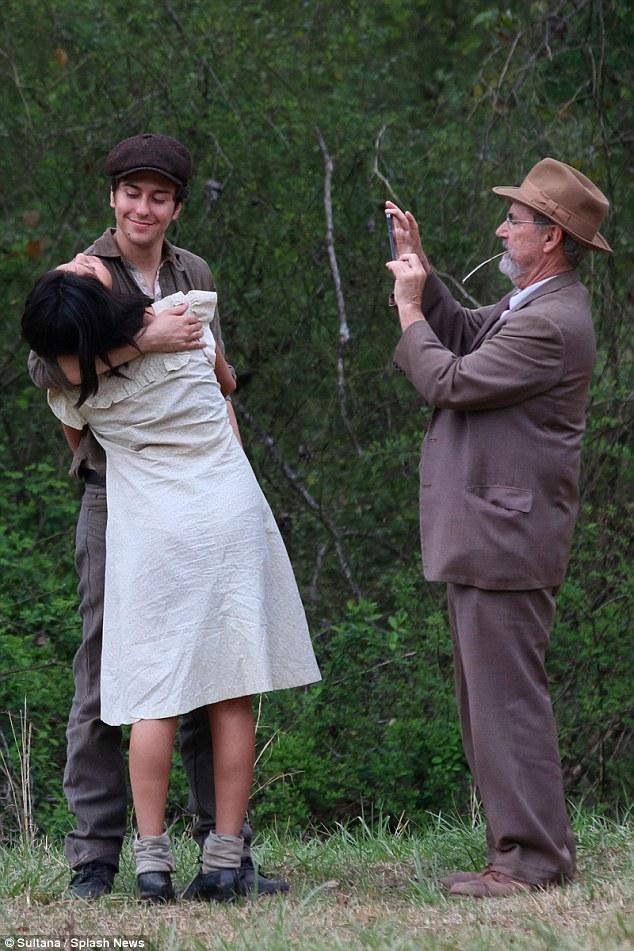 Ngôi sao xinh đẹp và bạn diễn Nal Wolff không ngại trao nhau những cái ôm thân mật dù có sự xuất hiện của cánh paparazzi