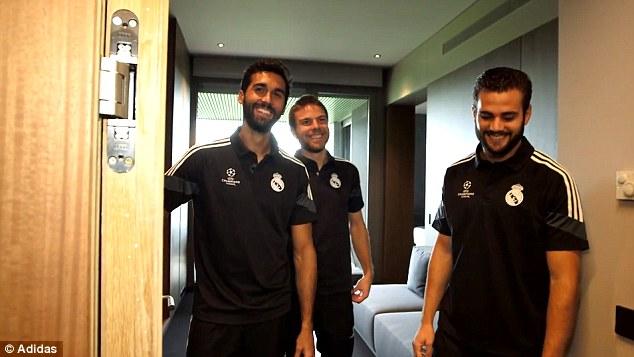 Từ trái qua phải: Alvaro Arbeloa, Asier Illarramendi và Nacho niềm nở chào đón nhân viên của hãng Adidas tới thăm đại bản doanh.