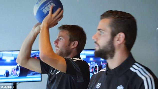 Khi rảnh rỗi, các cầu thủ Real Madrid có một phòng để thư giãn với các trò chơi như bóng rổ, chơi game...