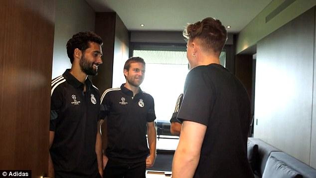 Cả 3 tỏ ra rất vui lòng khi trở thành hướng dẫn viên bất đắc dĩ cho người đại diện của hãng Adidas.