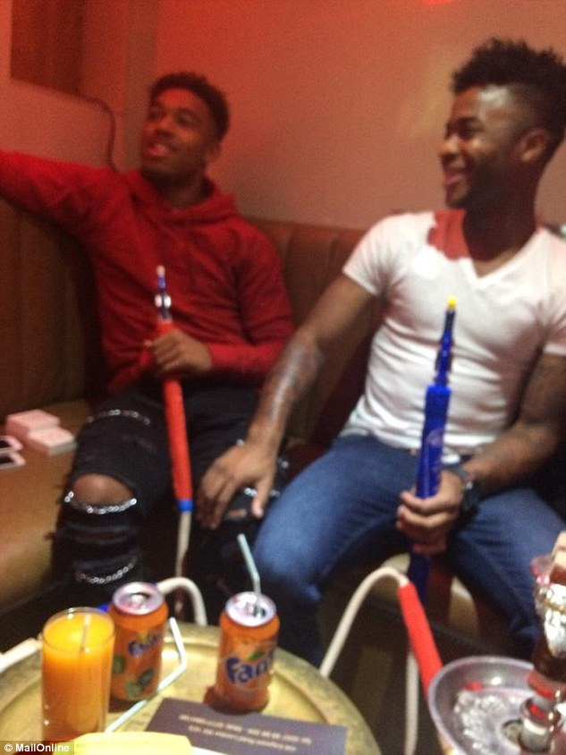 Sterling (áo trắng) và Ibe cười rất tươi bên bình shisha.