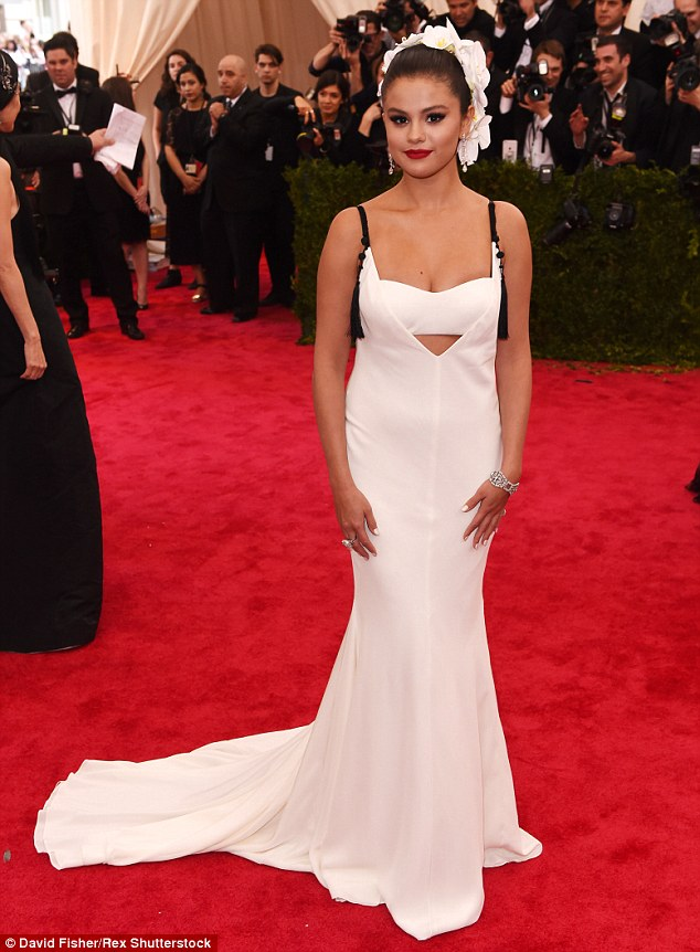 Gần đây, Selena đã hứng chịu nhiều gạch đá vì sự tăng cân bất thường của mình. Tuy nhiên, đáp trả lại những bình luận ác ý của cư dân mạng, cô nàng cho biết đang vô cùng hạnh phúc với cuộc sống hiện tại