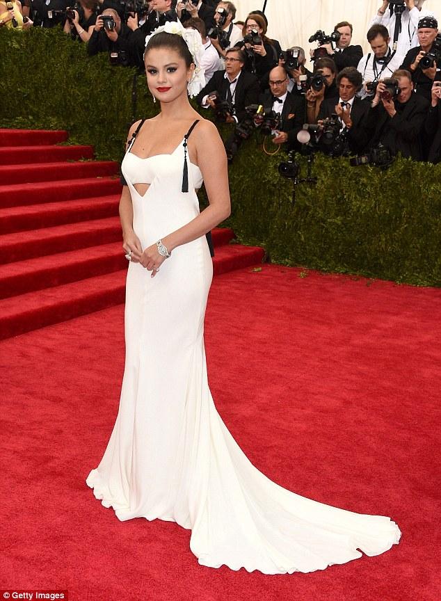 Sự xuất hiện của Selena Gomez tại Met Gala 2015 đã thu hút sự chú ý của giới truyền thông. Sau lưng cô là rất nhiều ống kính máy ảnh của phóng viên các tờ báo lớn.