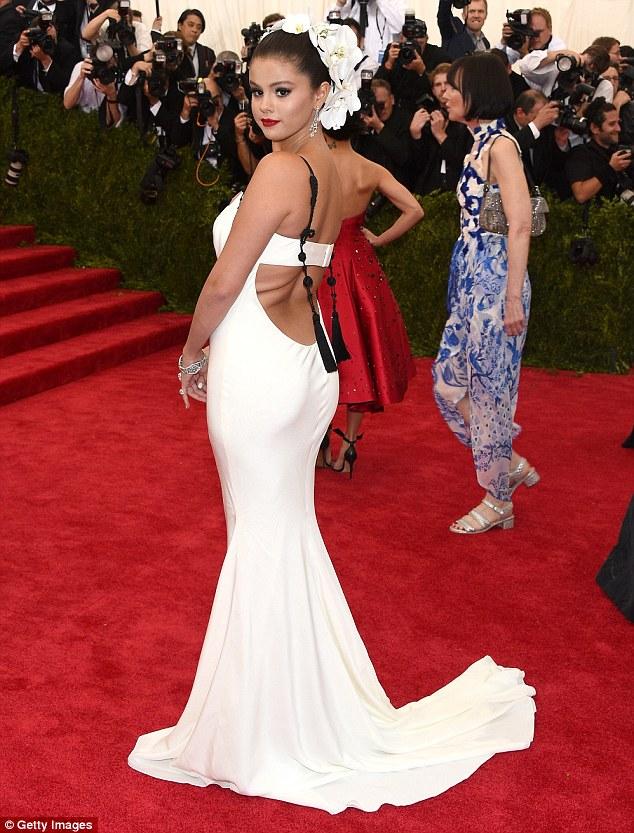 Bộ váy dáng đuôi cá khéo léo làm nổi bật thân hình đồng hồ cát của nữ ca sĩ Come and get it