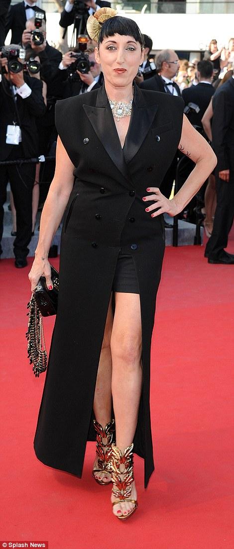 Bộ váy đen này càng tôn lên vóc dáng không mấy thon thả của Rossy De Palma.