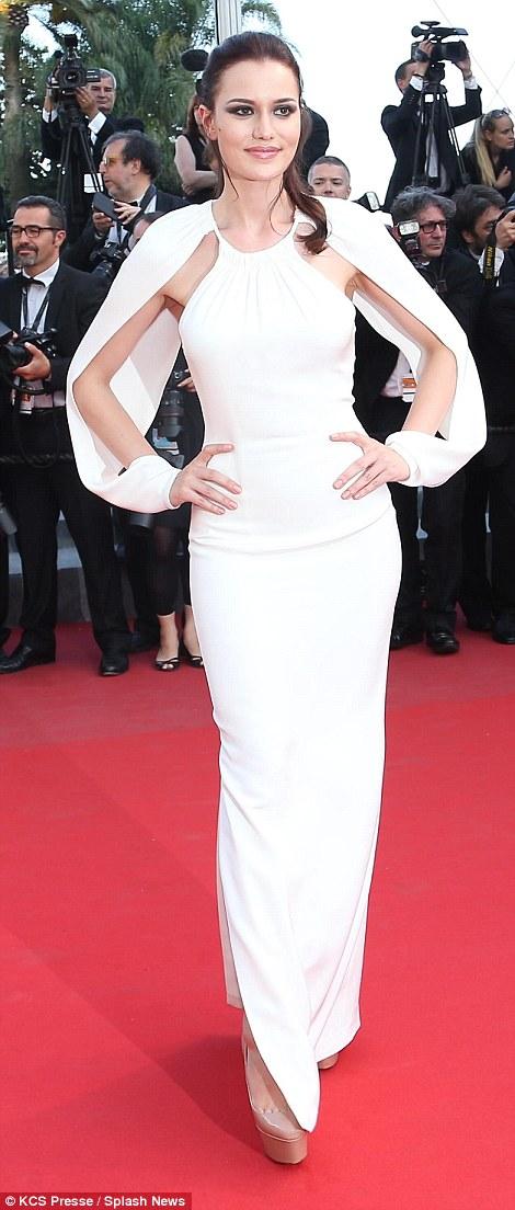Nhiều người tỏ ra băn khoăn không hiểu dụng ý của hai chiếc tay áo trong bộ váy của diễn viên người Thổ Nhĩ Kỳ Fahriye Evcen.