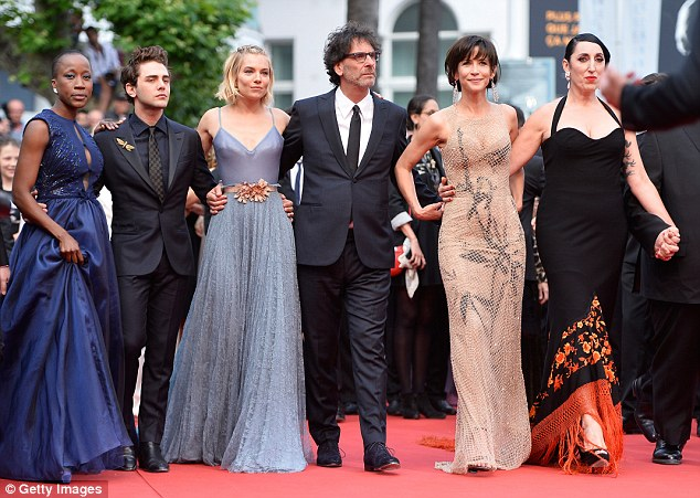 Các thành viên BGK trên thảm đỏ lễ bế mạc LHP Cannes 2015.
