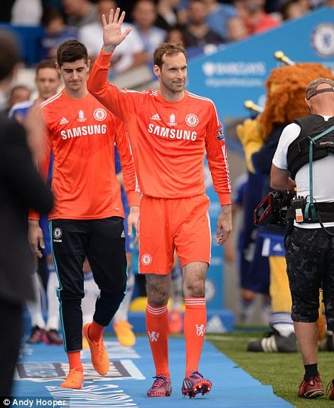 Petr Cech vẫy tay chào người hâm mộ. Dường như đây sẽ là lần cuối cùng thủ thành người CH Czech khoác áo Chelsea.