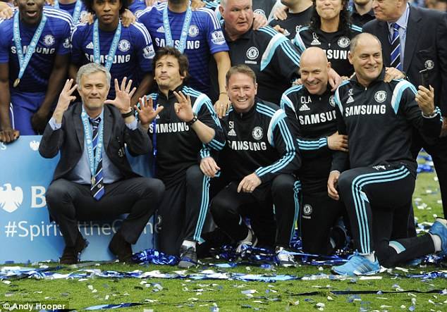 Jose Mourinho xứng đáng được thưởng sau những thành công với Chelsea mùa giải vừa qua