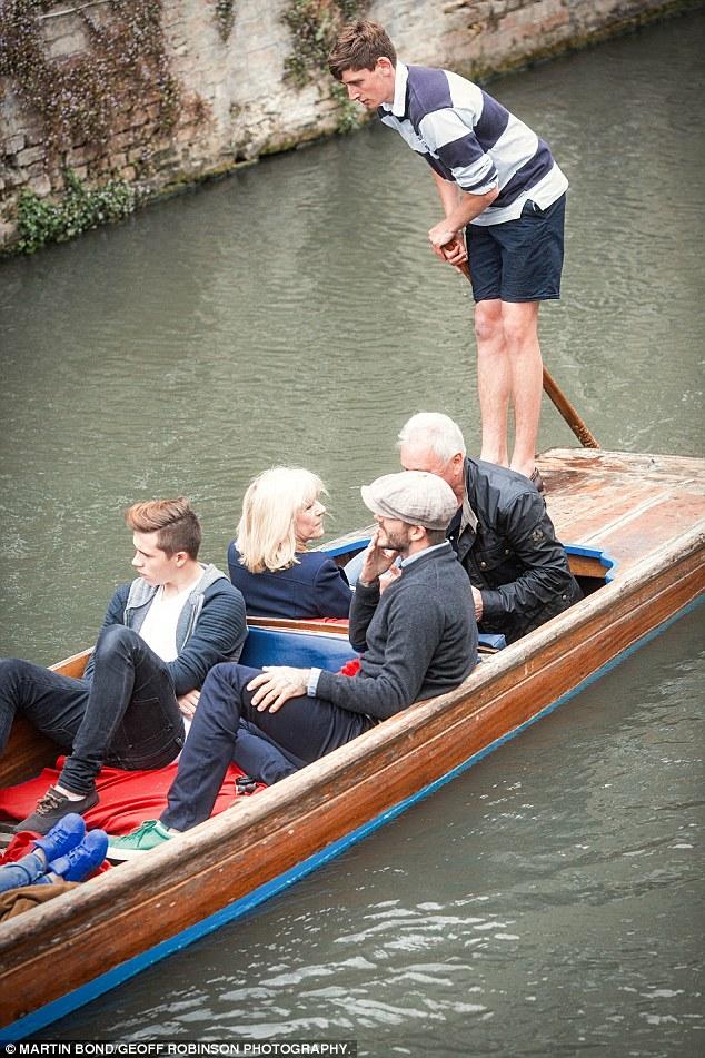 Beckham và cậu con trai Brooklyn thư giãn trên thuyền.
