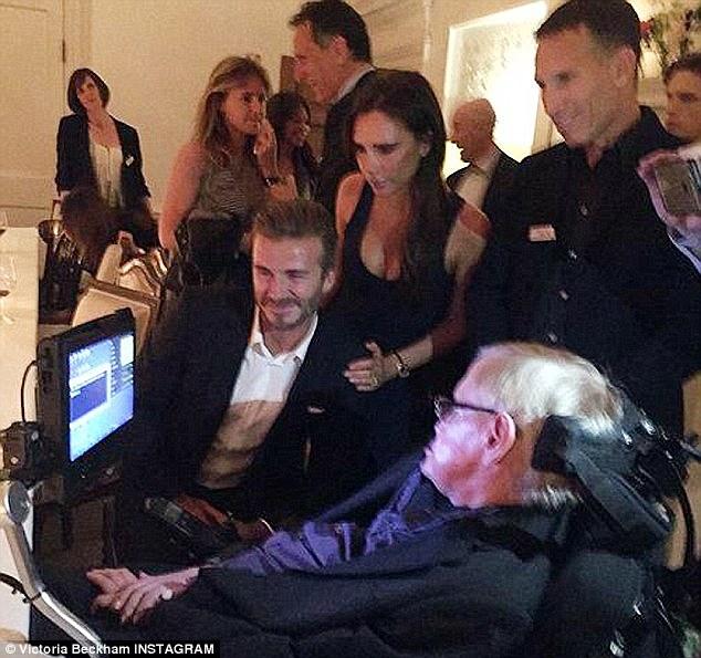 Nhà vật lý Stephen Hawking bên cạnh vợ chồng Beckham.