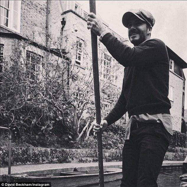 Bức ảnh Beckham tập tành làm người lái đò đã được chính anh chia sẻ trên Instagram cá nhân.