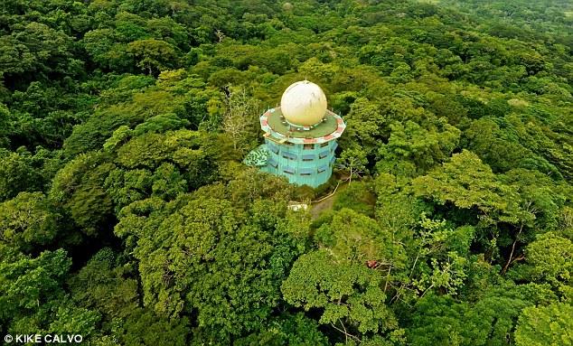 Nhà cây Canopy Tower nằm ở Colon, Panama có tầm nhìn toàn cảnh tuyệt đẹp. Nhìn trên cao, khối kiến trúc này giống như một lồng chim khổng lồ.