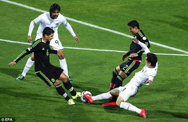 Đội tuyển Mexico (áo đen) thi đấu bế tắc trước Bolivia