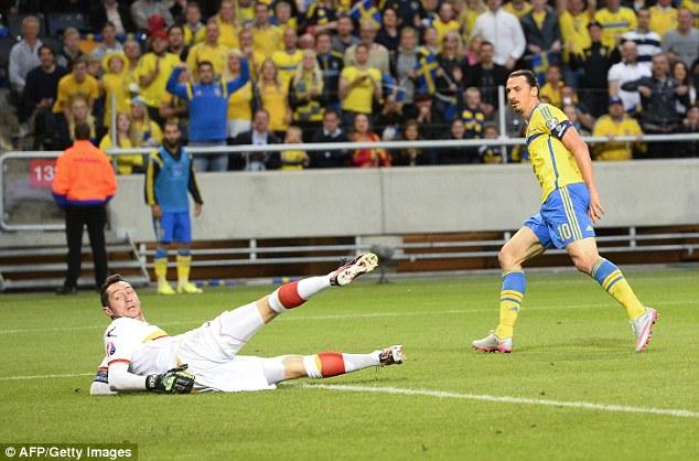 Zlatan Ibrahimovic lập một cú đúp giúp Thụy Điển đánh bại Montenegro 3-1