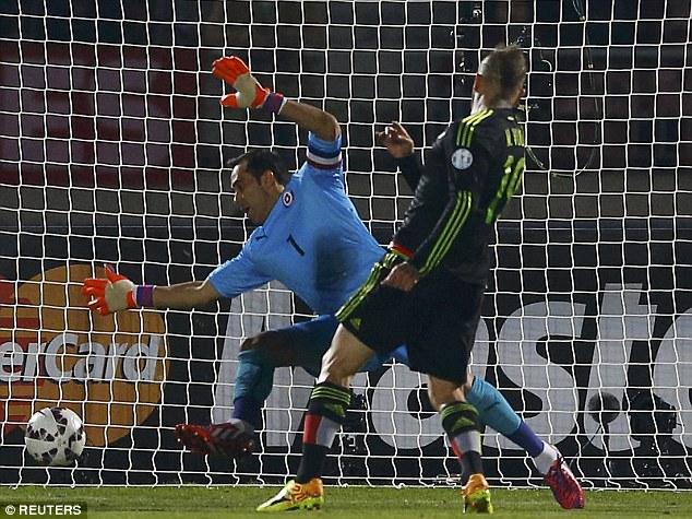 Matias Vuoso ghi bàn thắng đầu tiên của trận đấu.