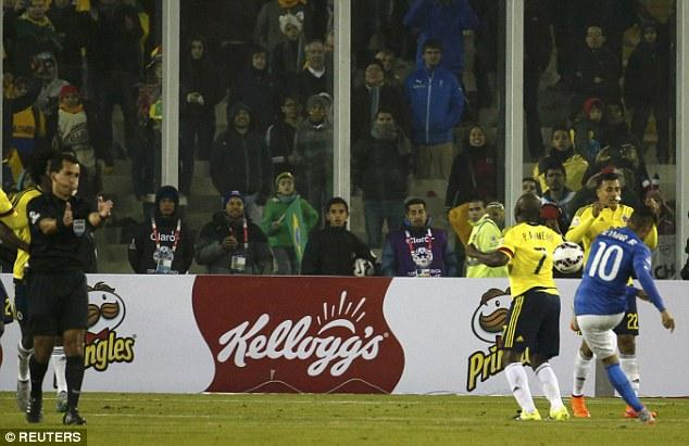 Neymar đá bóng vào người Pablo Armero dù trận đấu đã kết thúc