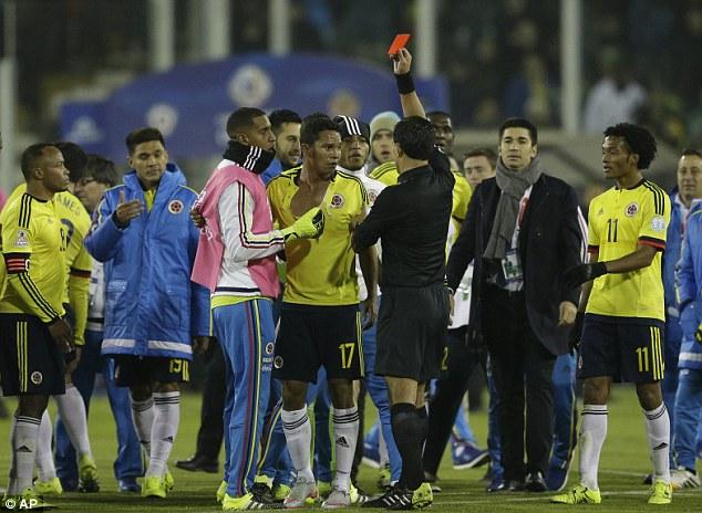 Carlos Bacca (Colombia)  cũng bị cấm thi đấu 2 trận và bị phạt 5.000 USD