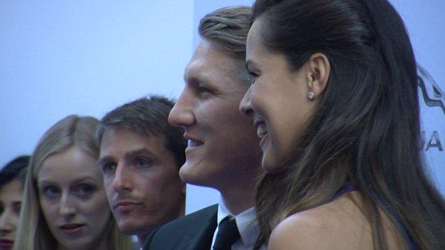 Cặp đôi hạnh phúc xuất hiện ở bữa tiệc dành cho các tay vợt nữ trước thềm Wimbeldon.