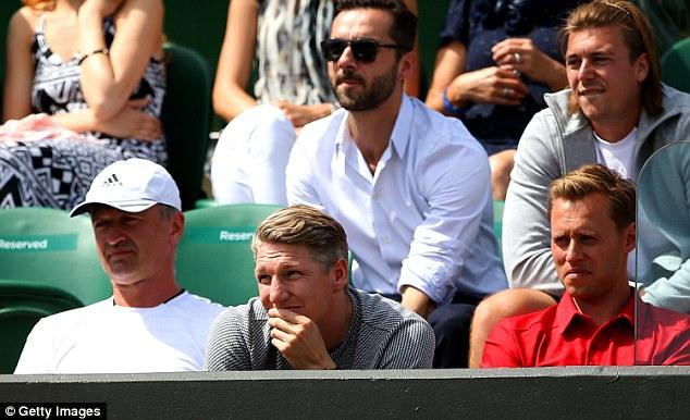 Bạn trai của cô, ngôi sao Bastian Schweinsteiger theo dõi rất kĩ trận đấu