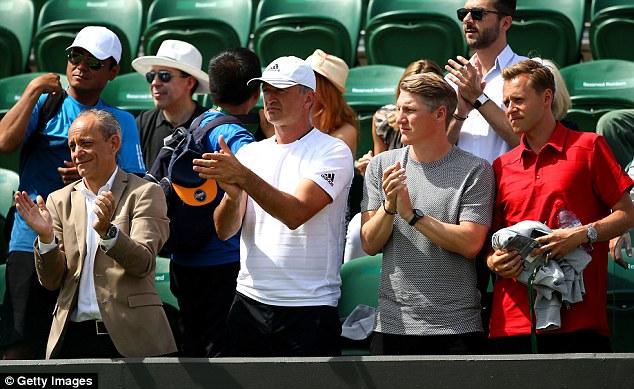 Nhóm huấn luyện và Bastian Schweinsteiger chúc mừng chiến thắng của tay vợt người Serbia.