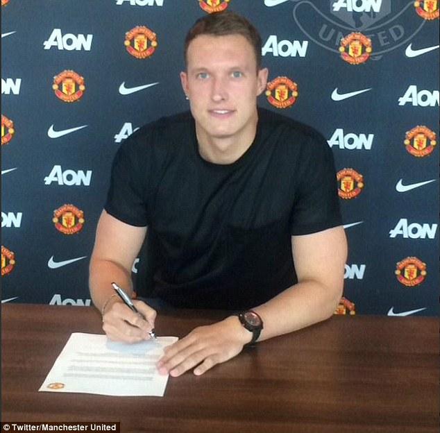 Phil Jones ký vào bản gia hạn với Man Utd đến năm 2019