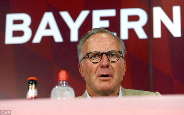 Chủ tịch Ban điều hành CLB Bayern Munich, ông Rummenigge công bố việc chia tay Schweinsteiger trong một buổi họp báo hôm thứ Bảy (11/7)