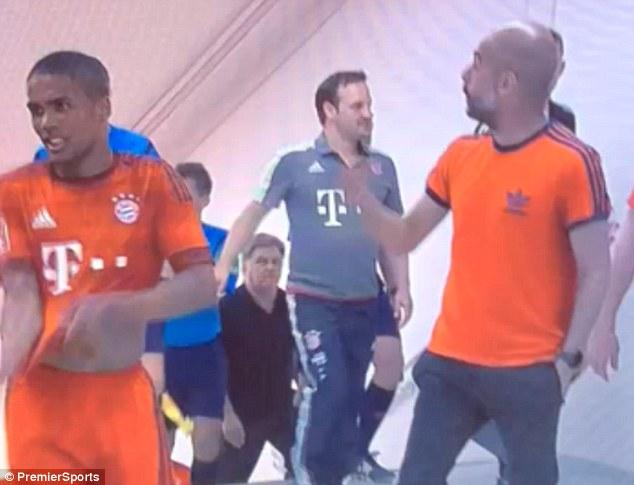 HLV Pep Guardiola đứng đợi De Jong trong đường hầm.