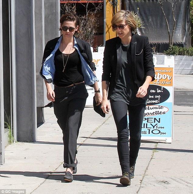 Kristen và người trợ lý Alicia.
