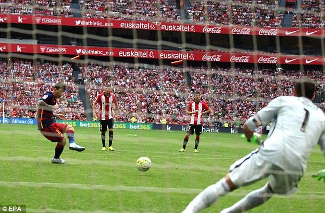 Lionel Messi đá hỏng quả phạt đền ở phút 31