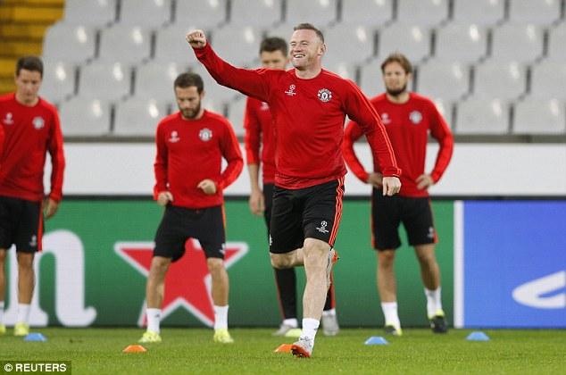 Rooney cùng các đồng đội tập luyện chuẩn bị cho trận lượt về play-off Champions League 2015/16