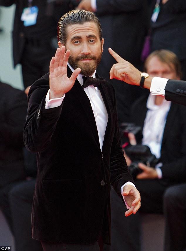 Tài tử Jake Gyllenhaal trên thảm đỏ LHP Venice (Ảnh: AP)