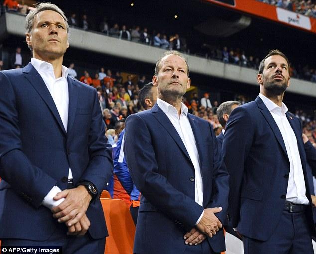 Đội tuyển Hà Lan chưa thể đổi vận dù đã có HLV mới Danny Blind (đứng giữa)