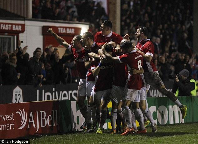 Niềm vui của các cầu thủ Salford khi ghi bàn vào lưới Notts County.