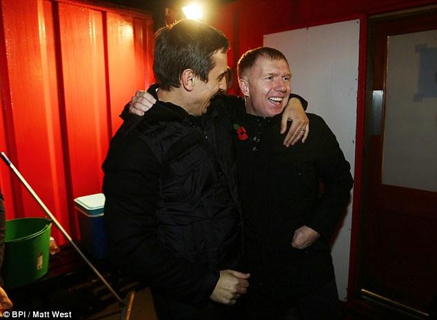 Scholes và người bạn thân lâu năm Gary Nevilles ăn mừng chiến thắng lịch sử của Salford tại vòng 1 FA Cup.