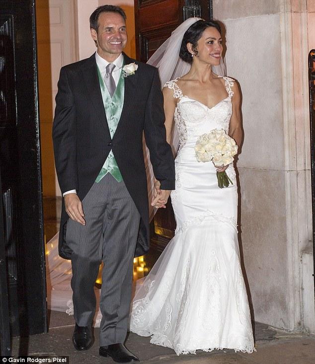 Jason De Carteretvà Eva Carneiro tay trong tay rời nhà thờ