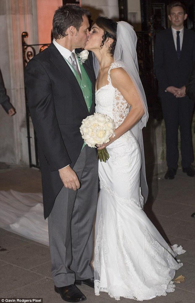 Eva Carneiro và chồng trao nhau nụ hôn thắm thiết