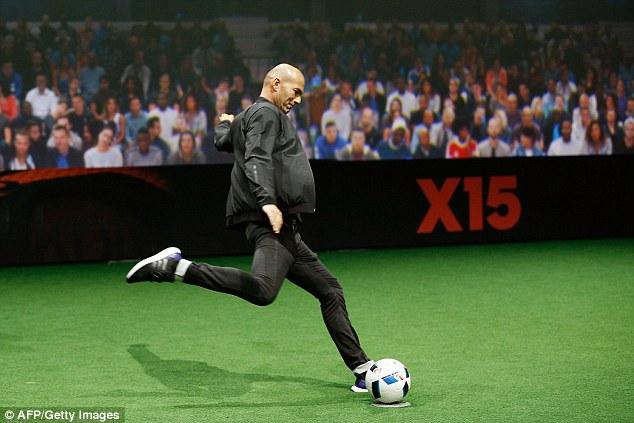 Đại diện nước chủ nhà Euro - Zinedine Zidane đã vinh dự được thử nghiệm trái bong Beau Jeu